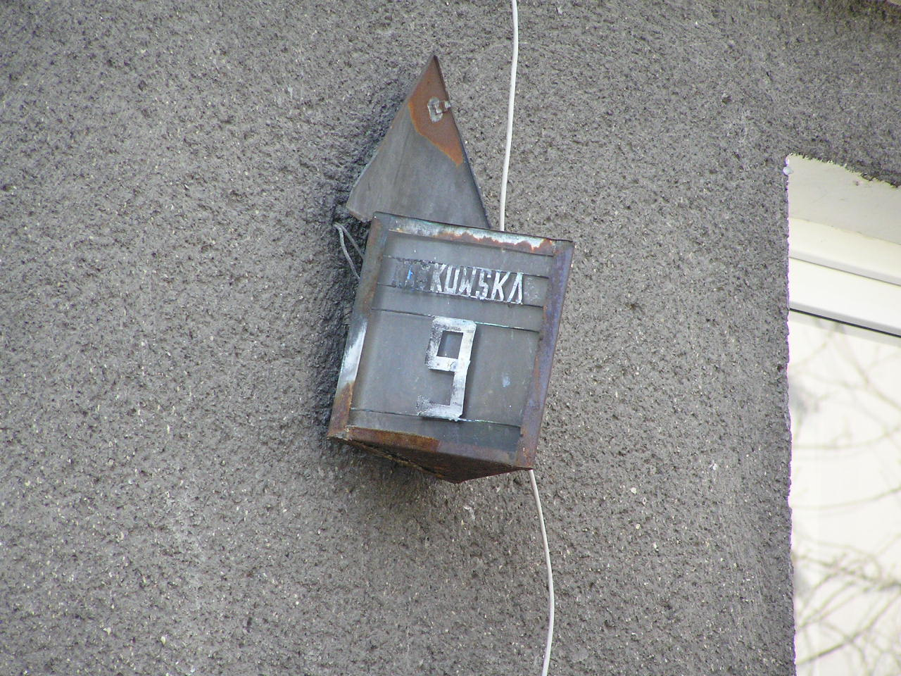 Latarenka adresowa przy ulicy Rębkowskiej 9 na Grochowie