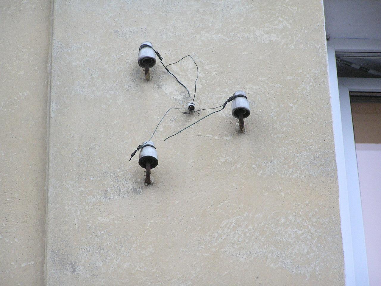 Izolatory na ścianie kamienicy przy ulicy Dobrowoja 4 na Grochowie