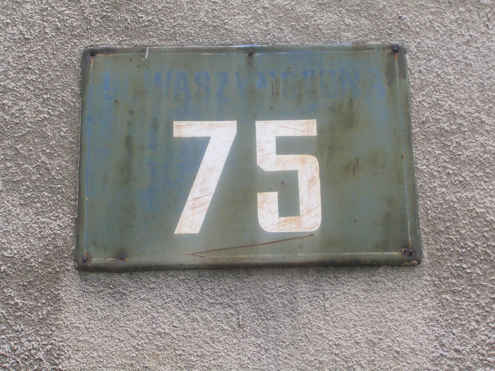 Tabliczka adresowa w Alei Waszyngtona 75
