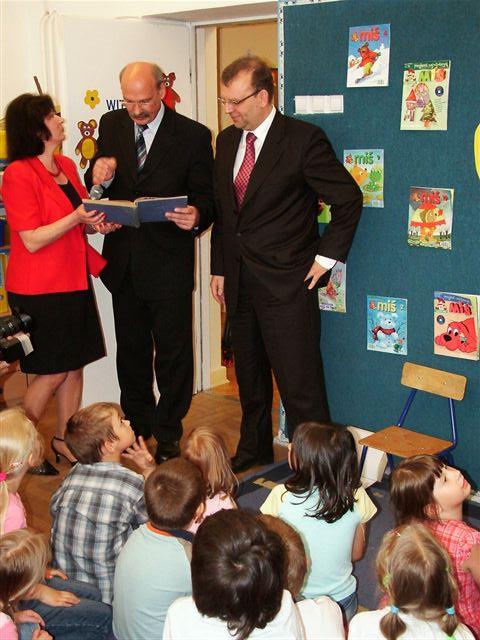 Minister i Burmistrz czytają dzieciom