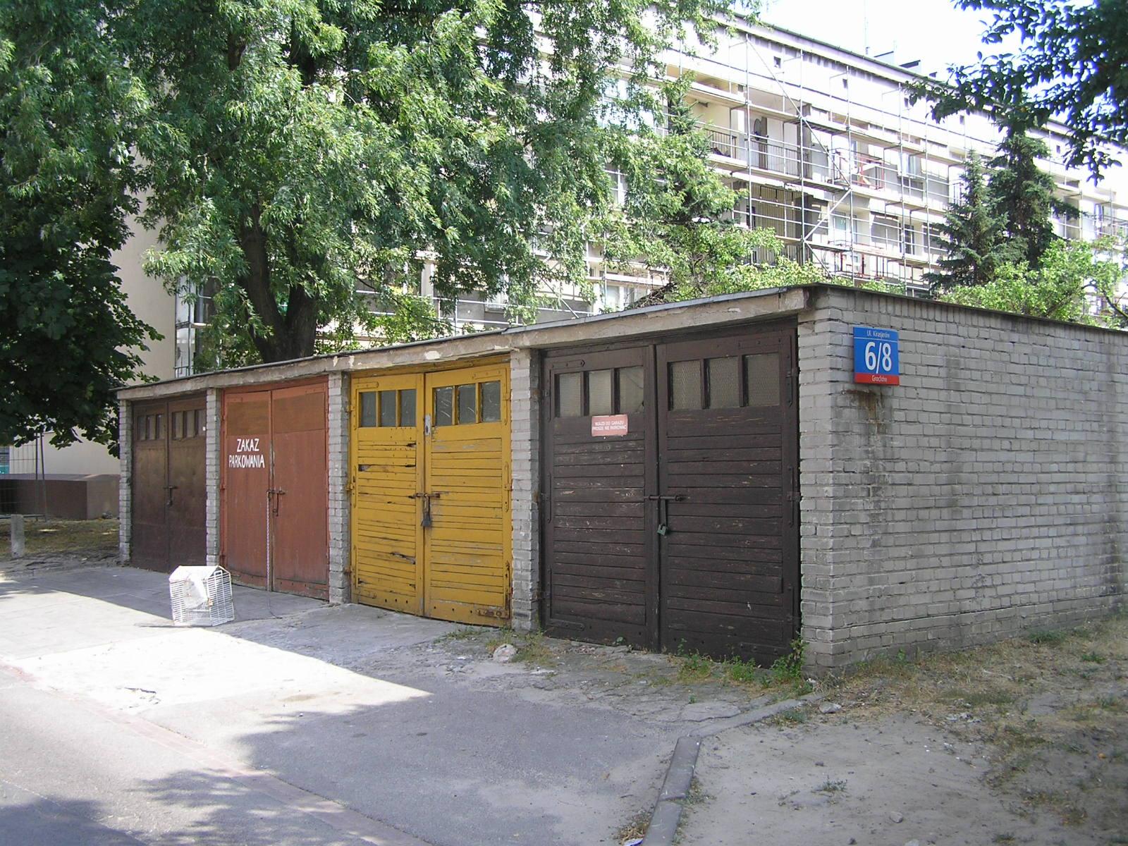 Murowane garaże przy Kirasjerów 6/8 na Grochowie