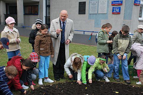 Dzieci ze Szkoły Podstawowej Nr 72 im. Przyjaciół Grochowa posadziły