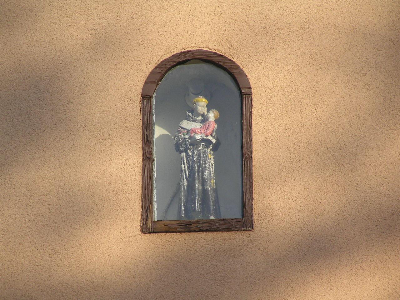 Figura św. Antoniego z Dzieciątkiem we wnęce kamienicy przy ulicy Jarocińskiej 24 na Grochowie
