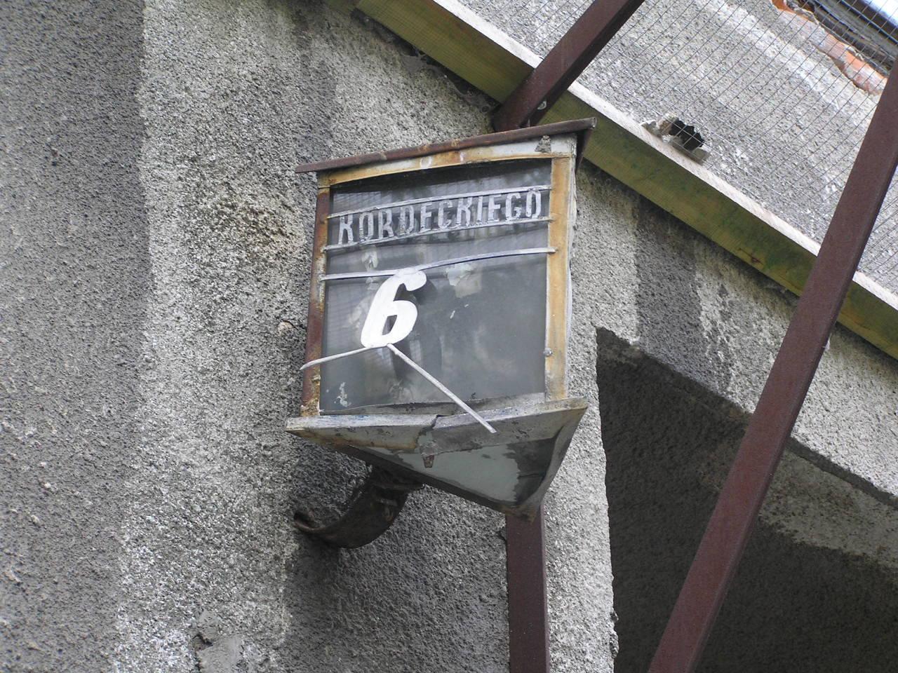 Latarenka adresowa na kamienicy przy ulicy Kordeckiego 67 na Grochowie
