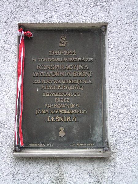 Tablica na domu przy Podolskiej 12 na Grochowie