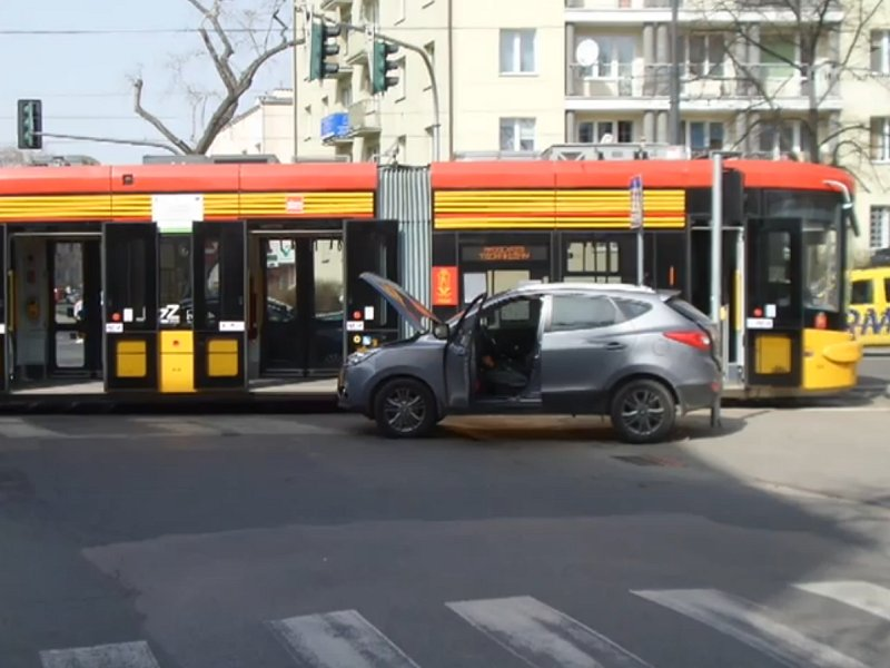 Hyundai wjechał pod tramwaj. Dwie osoby zostały ranne