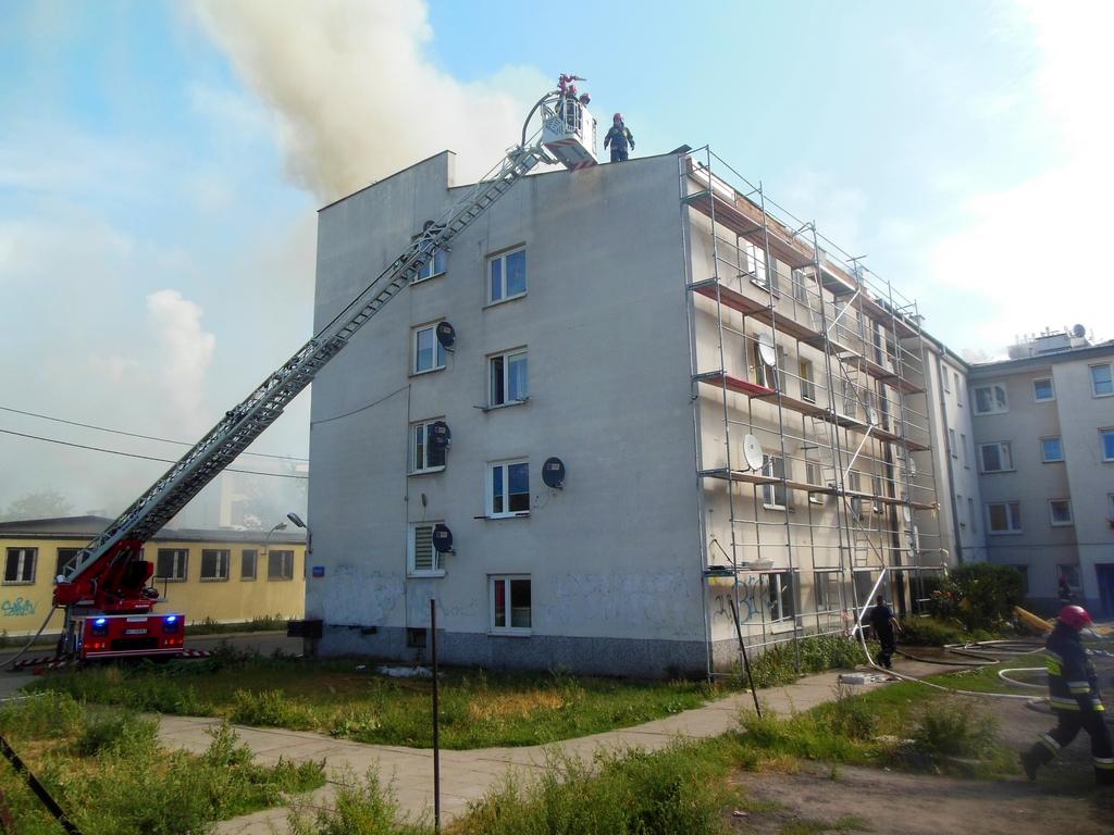 Duży pożar dachu przy ulicy Wiarusów 15