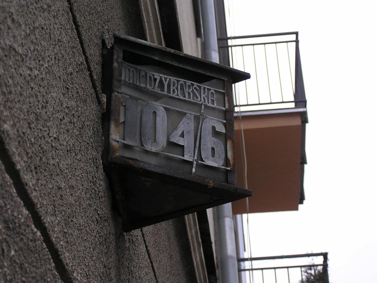 Latarenka adresowa przy ulicy Międzyborskiej 104/106 na Grochowie