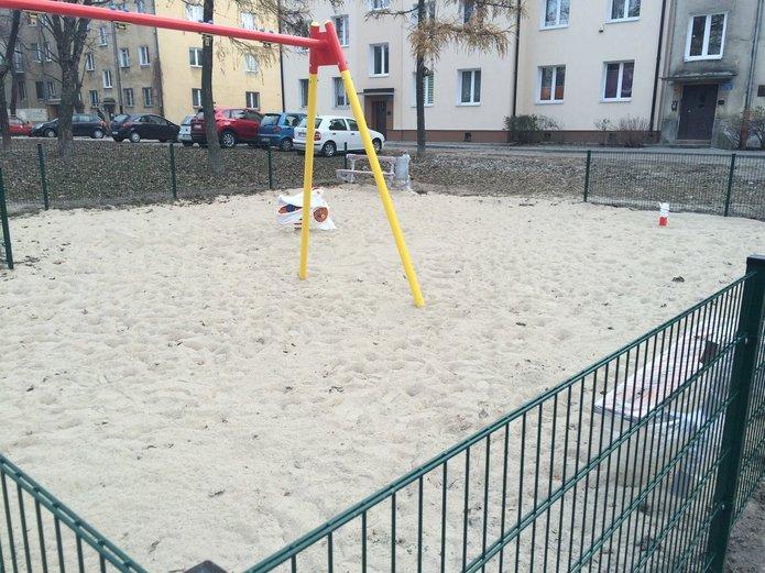 List:  Place zabaw w formie ogrodzonych niskim parkanem kuwet? Żart