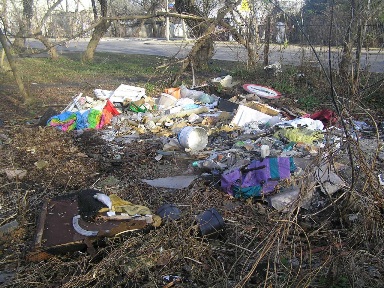 Znak drogowy wśród śmieci na Podolskiej
