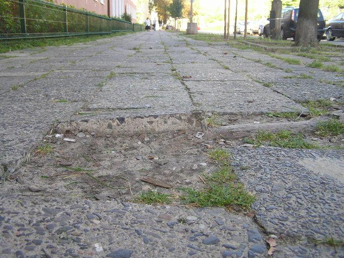 Zły stan chodnika na Paca 39