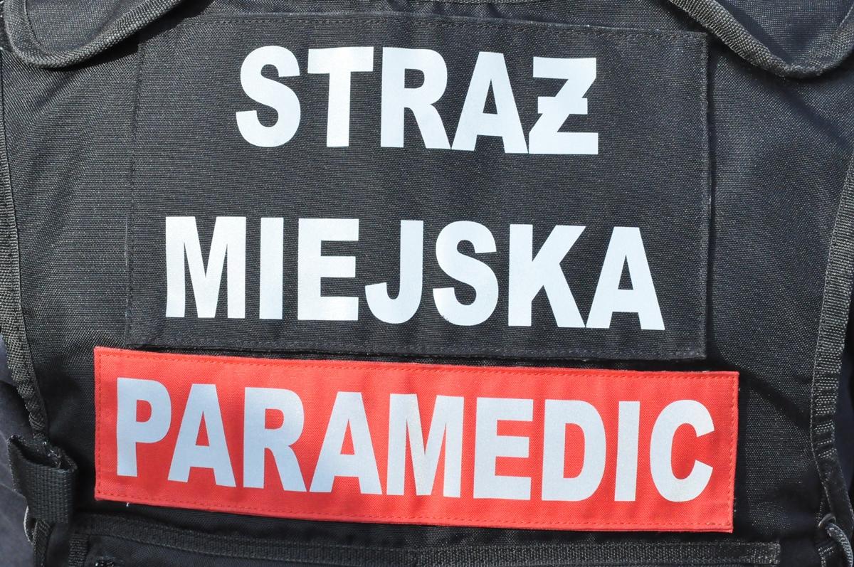 Mężczynza leżał na na ziemi przy ulicy Boremlowskiej na Grochowie, fot. Straż Miejska