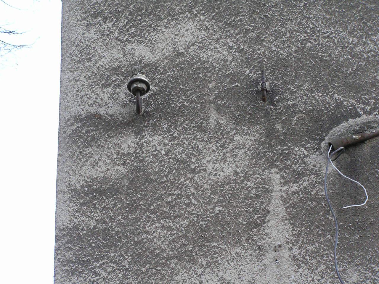 Izolatory na ścianie kamienicy przy ulicy Lubomira 6 na Grochowie