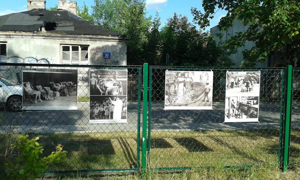 Zdjęcia na ogrodzeniu od strony ulicy Kwatery Głównej