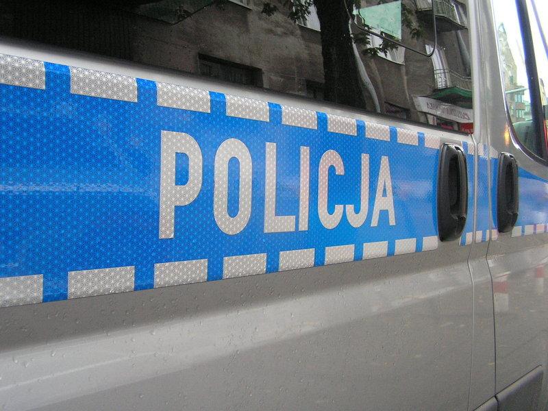 Nastolatkowie uszkodzili 10 aut przed komendą