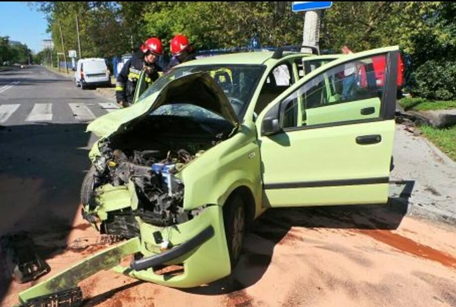 Dwa rozbite samochody. Trzy osoby ranne