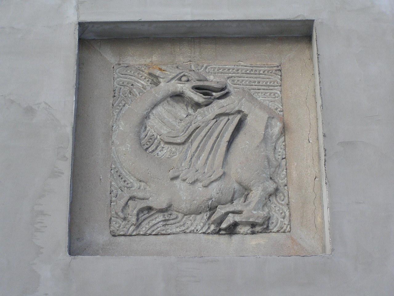 Płaskorzeźba smoka na ścianie budynku przy Zamienieckiej 65 na Grochowie