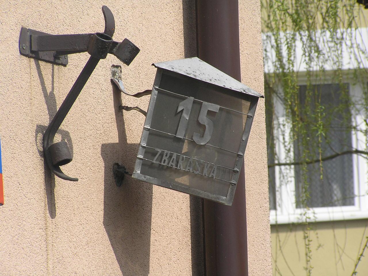 Latarenka adresowa przy ulicy Zbaraskiej 6 na Grochowie