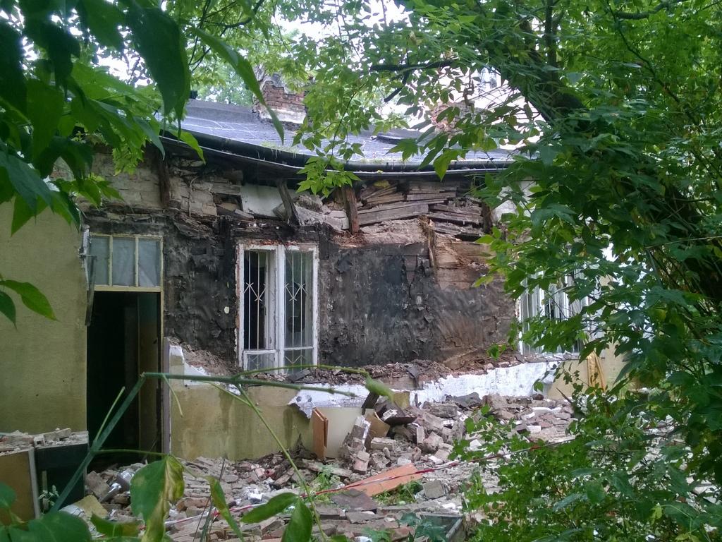 Zawalenie ściany pustostanu przy Kobielskiej 72