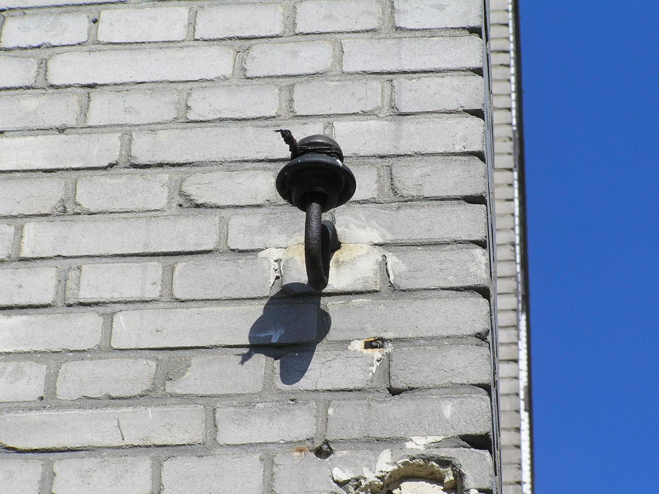 Izolator na ścianie budyneku przy ulicy Siennickiej 38 na Grochowie