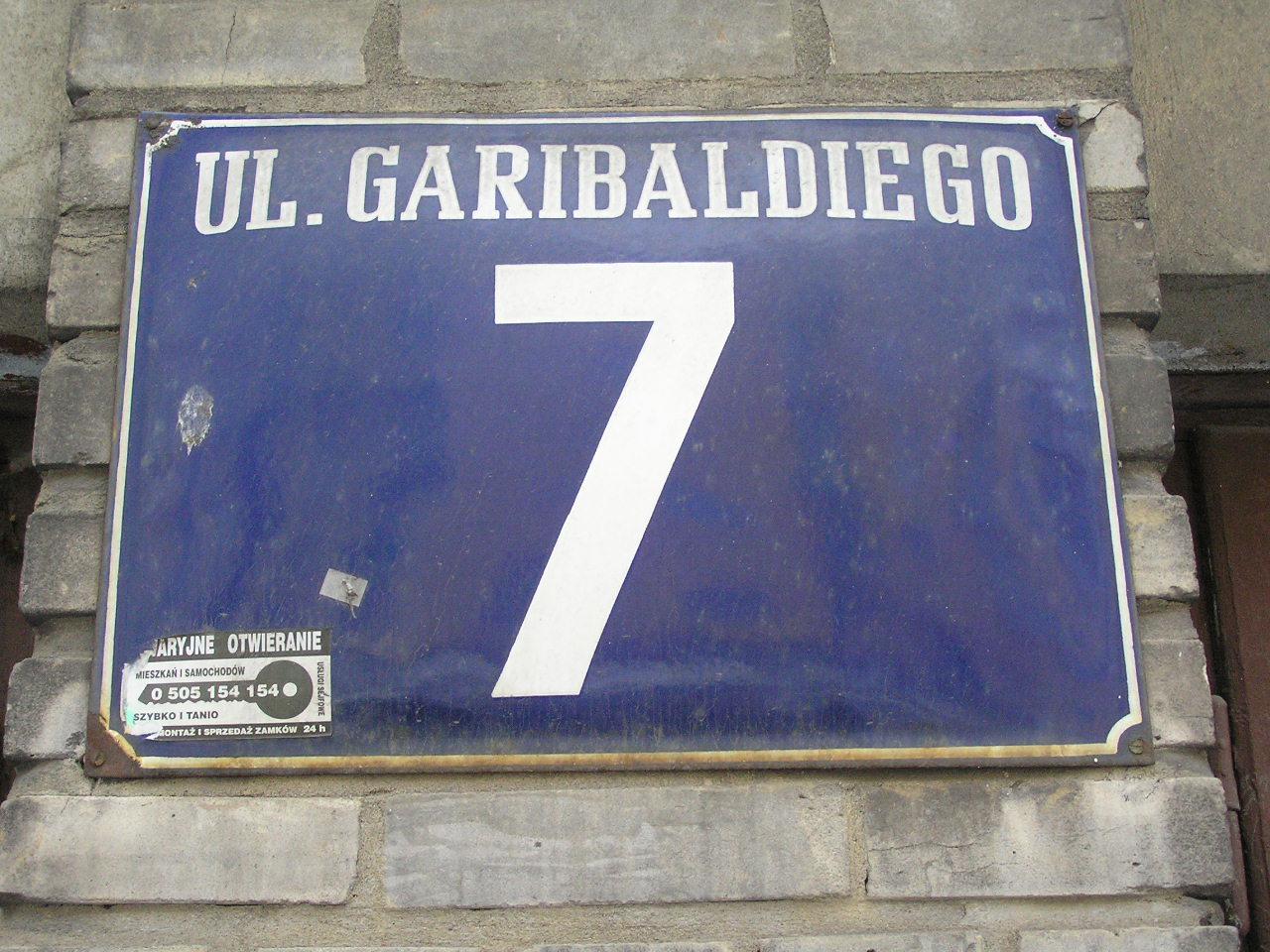 Tablica adresowa przy ulicy Garibaldiego 7 na Grochowie