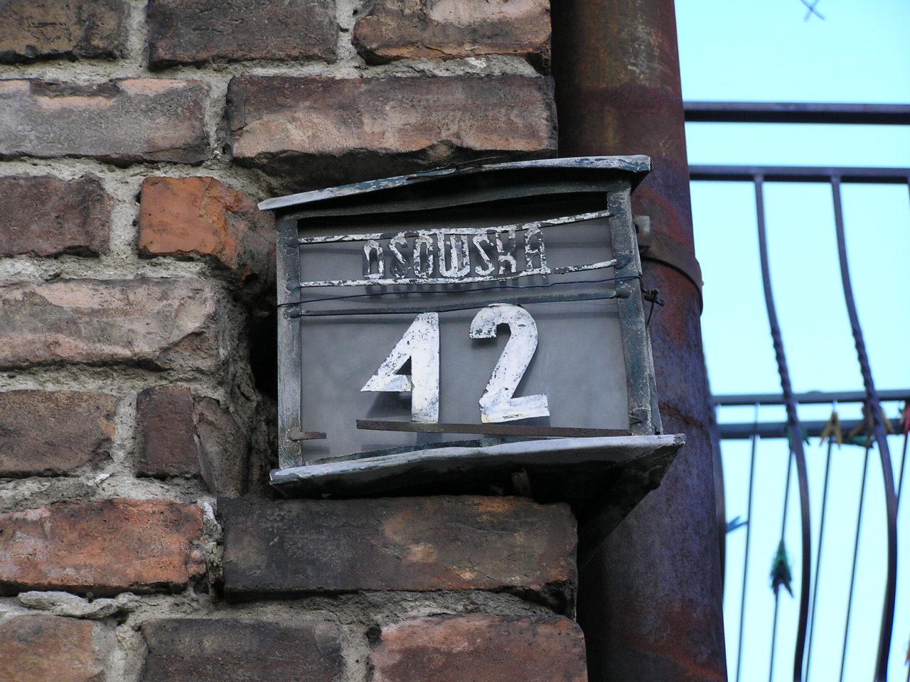 Latarenka adresowa przy ulicy Osowskiej 42 na Grochowie