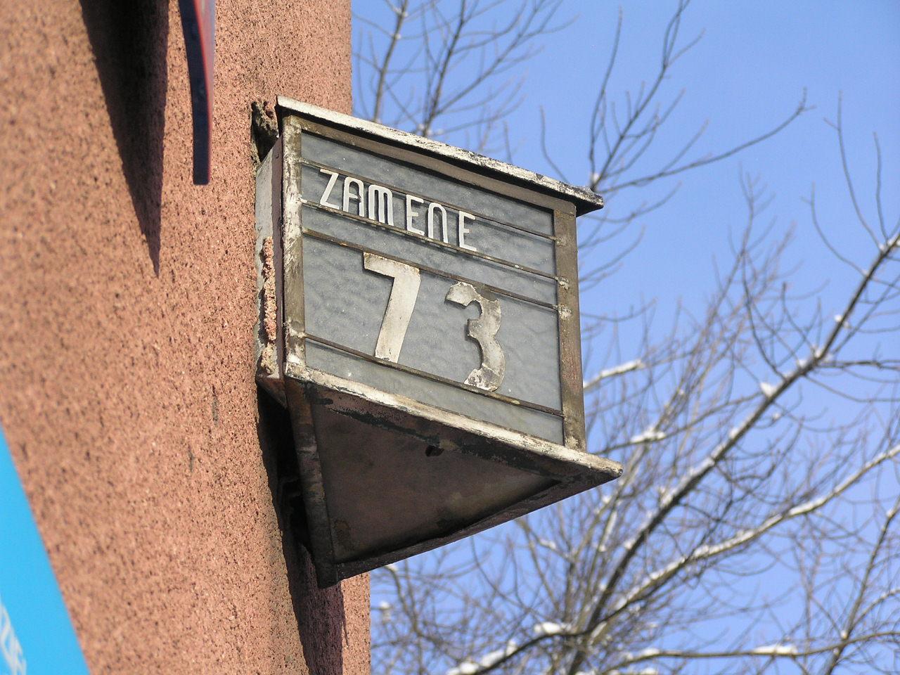 Latarenka adresowa przy ulicy Zamienieckiej 73 na Grochowie
