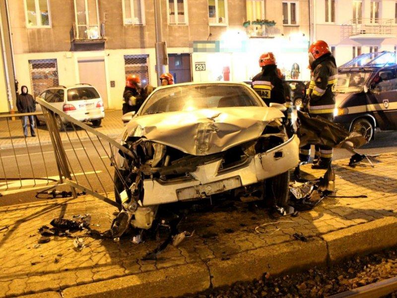 Samochód wjechał w przystanek na Grochowskiej