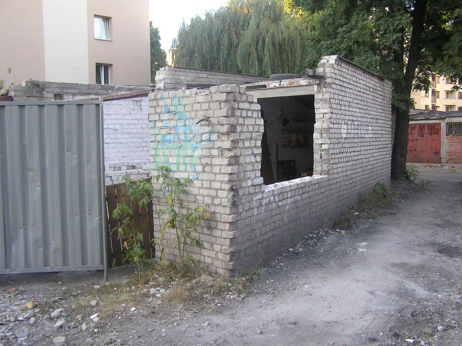 Ściana budynku runęła na garaż