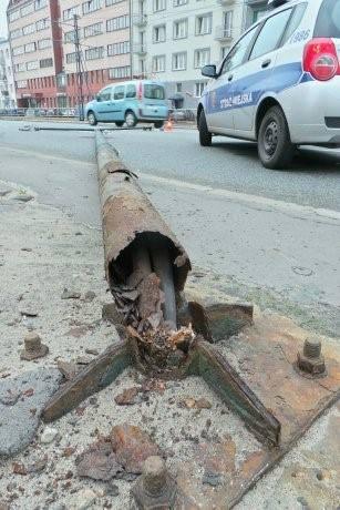 Uszkodzona latarnia na Grochowskiej. fot. M. Borkowski