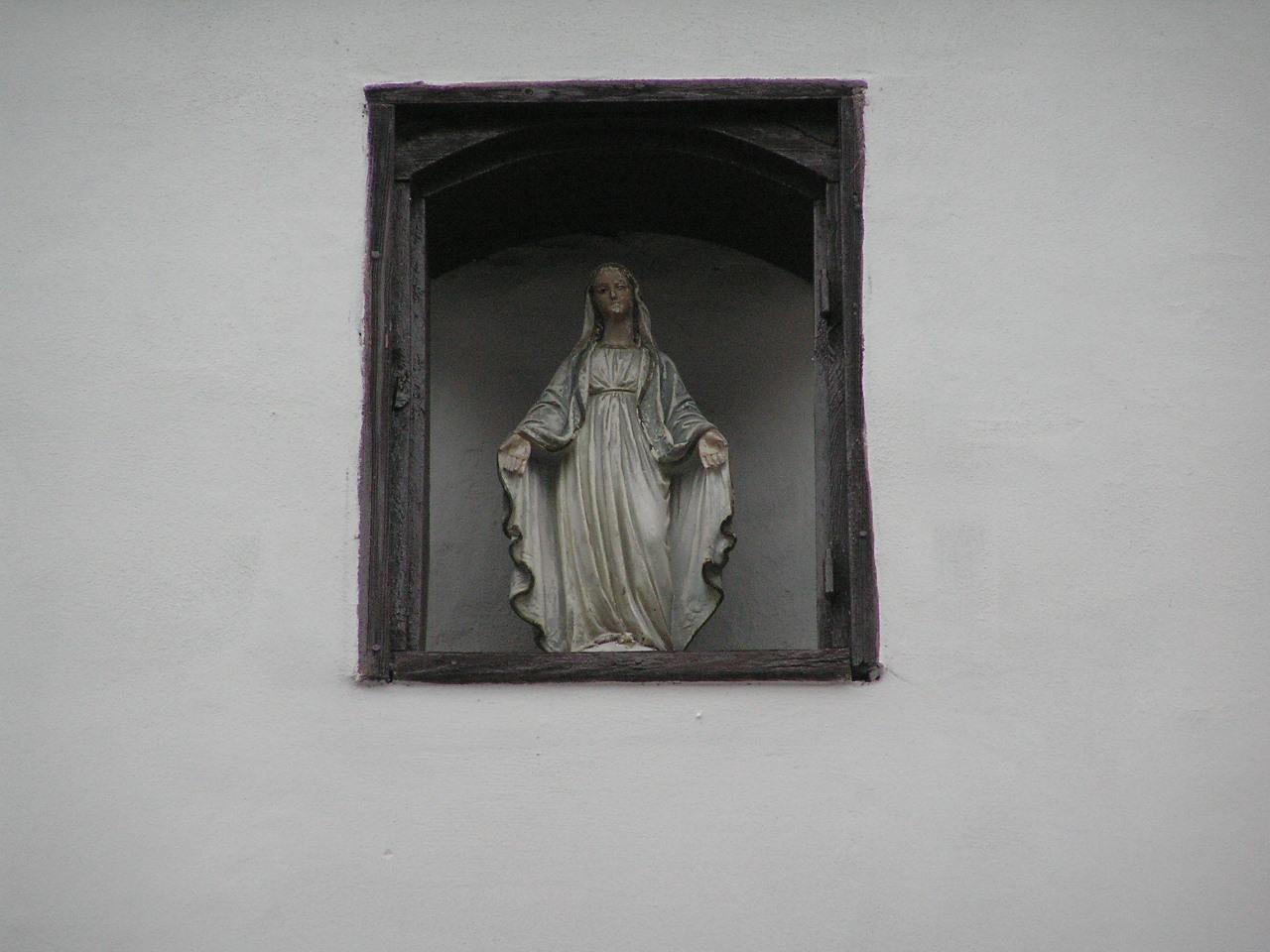 Figura Matki Bożej przy ulicy Czapelskiej 22 na Grochowie