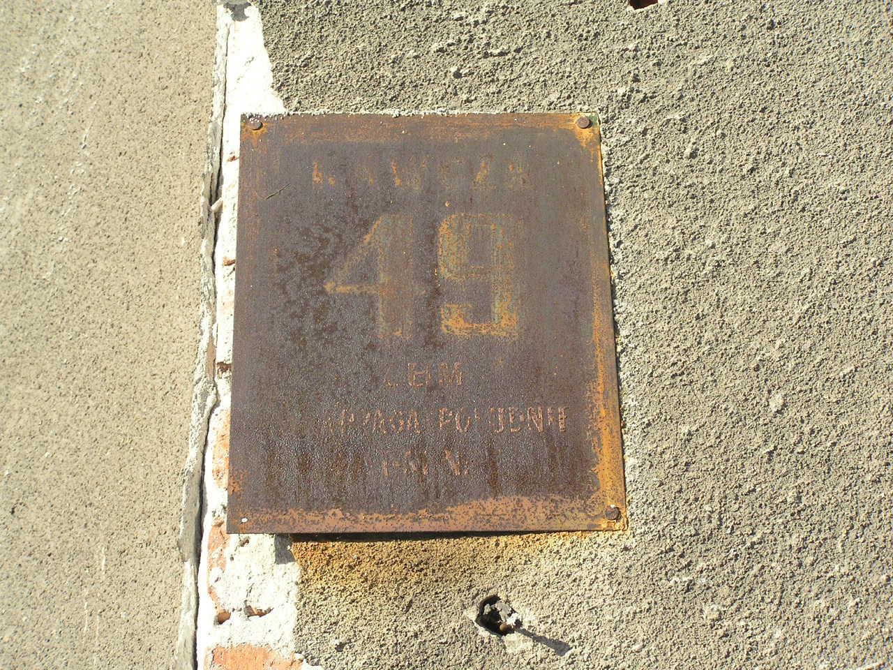 Tabliczka adresowa przy ulicy Kawczej 49 na Grochowie