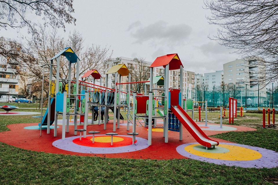 Nowy kolorowy plac zabaw przy Majdańskiej