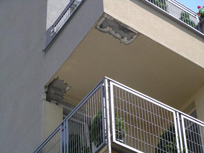 Fragmenty docieplenia budynku odpadły z Liwieckiej 17