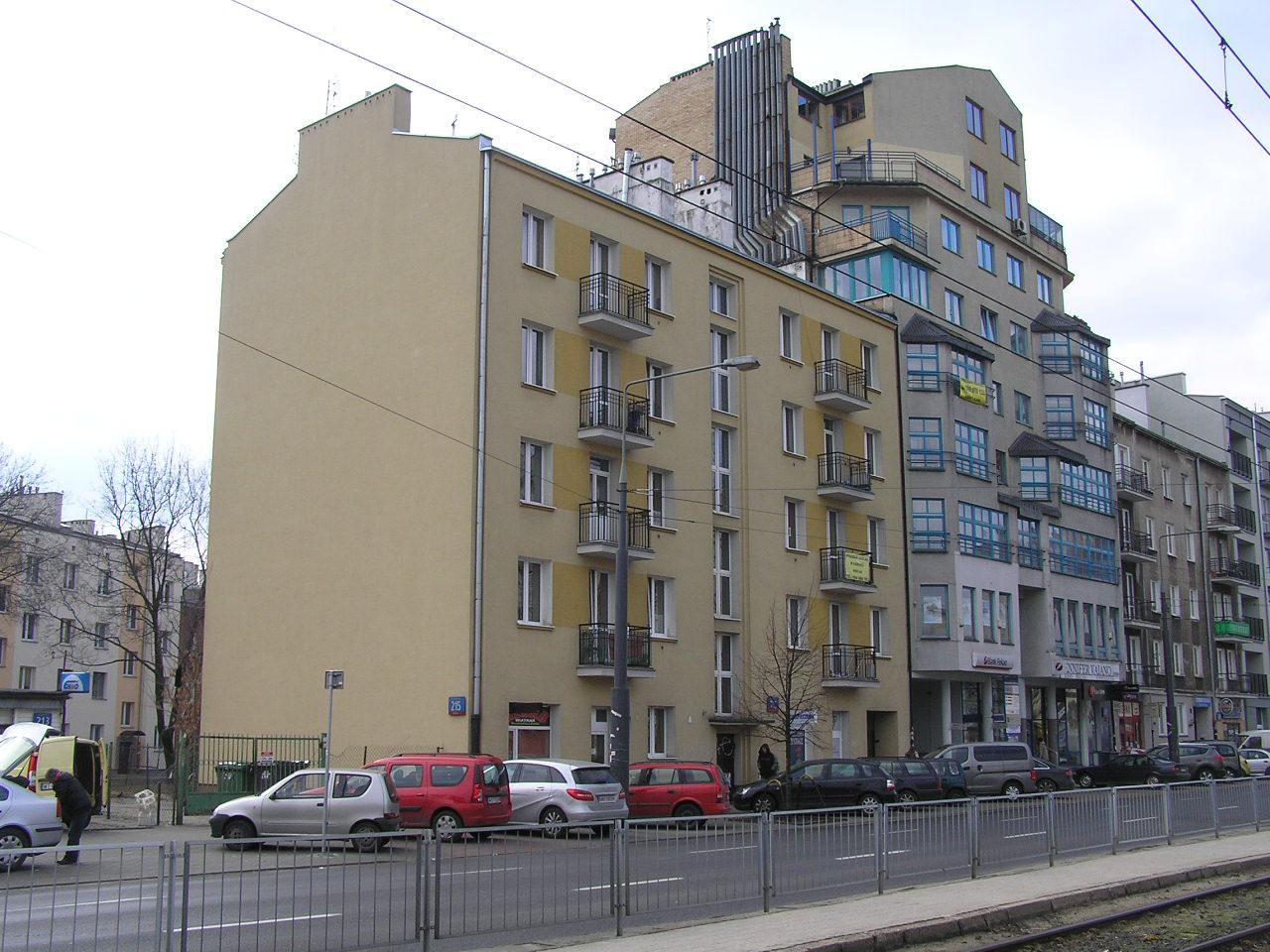 Kamienica przy ulicy Grochowskiej 215 na Grochowie.