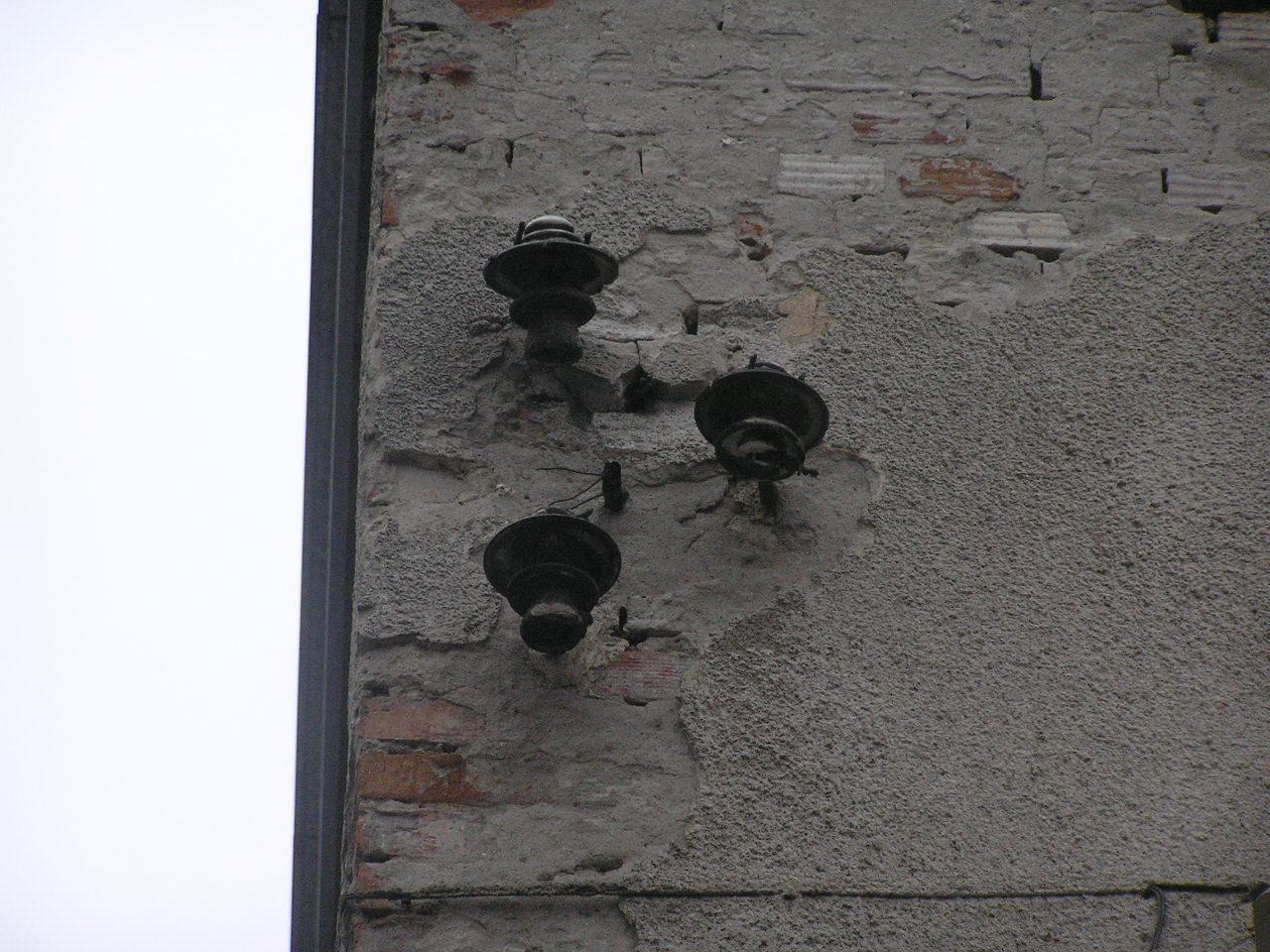 Izolatory na ścianie budynku przy ulicy Międzyborskiej 88 na Grochowie