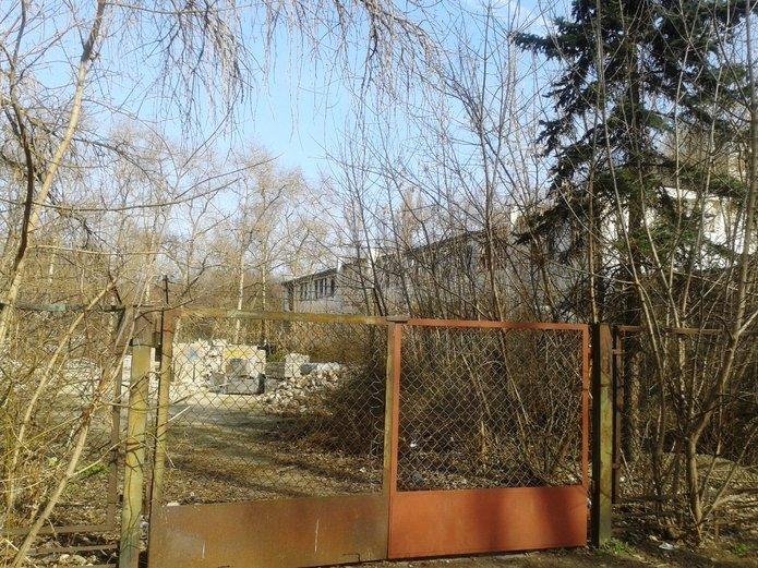 Ruina przy Szaserów straszy azbestem