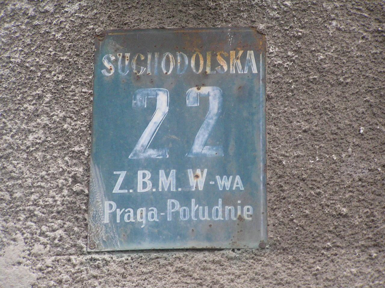Tabliczka adresowa przy ulicy Suchodolskiej 22 na Grochowie