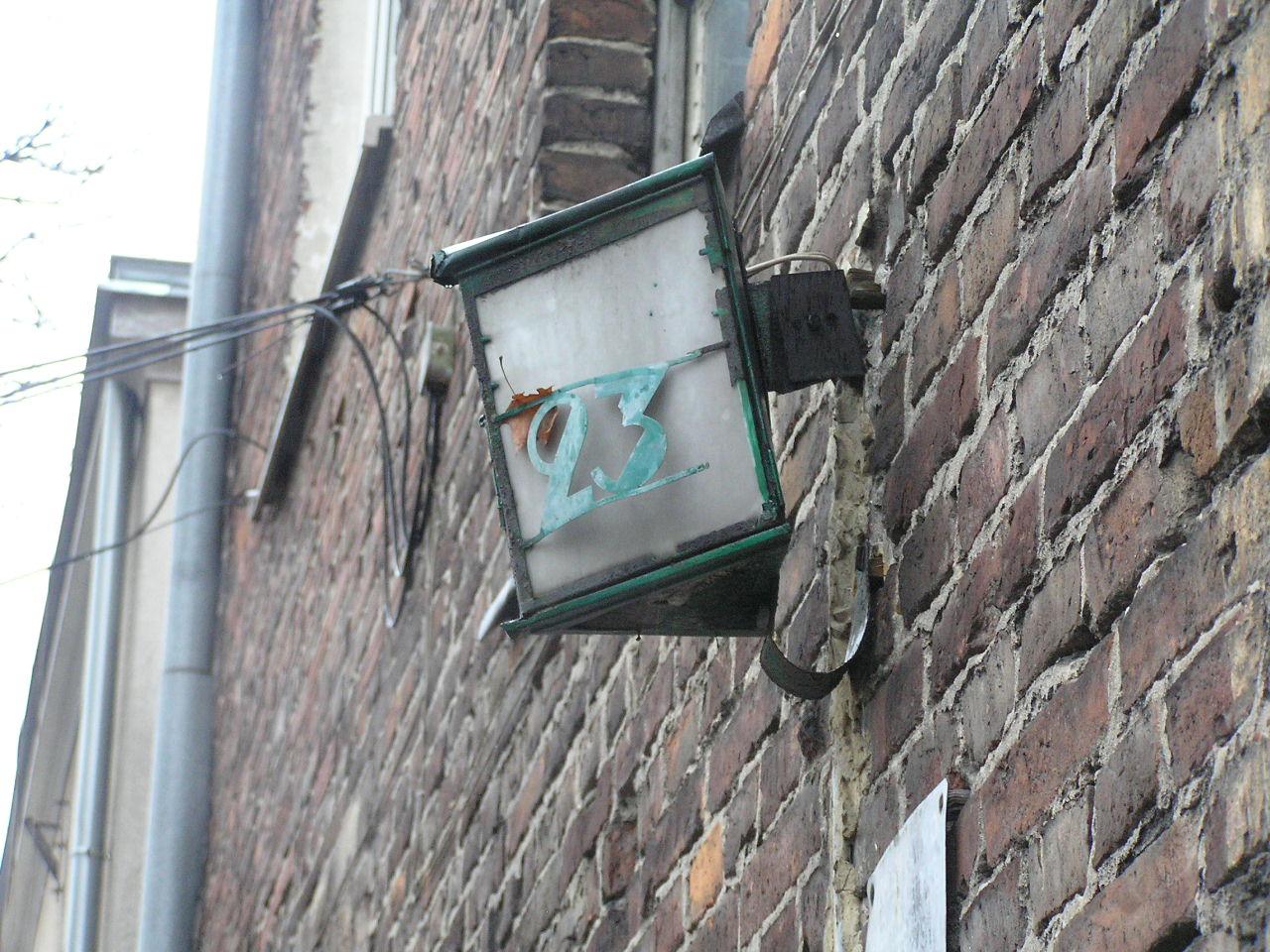 Latarenka adresowa przy ulicy Omulewskiej 23 na Grochowie