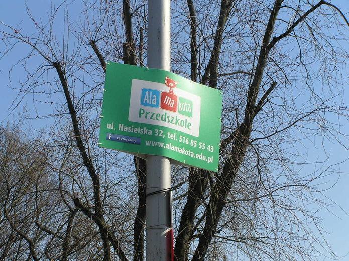 Nielegalne reklamy przedszkola na latarniach