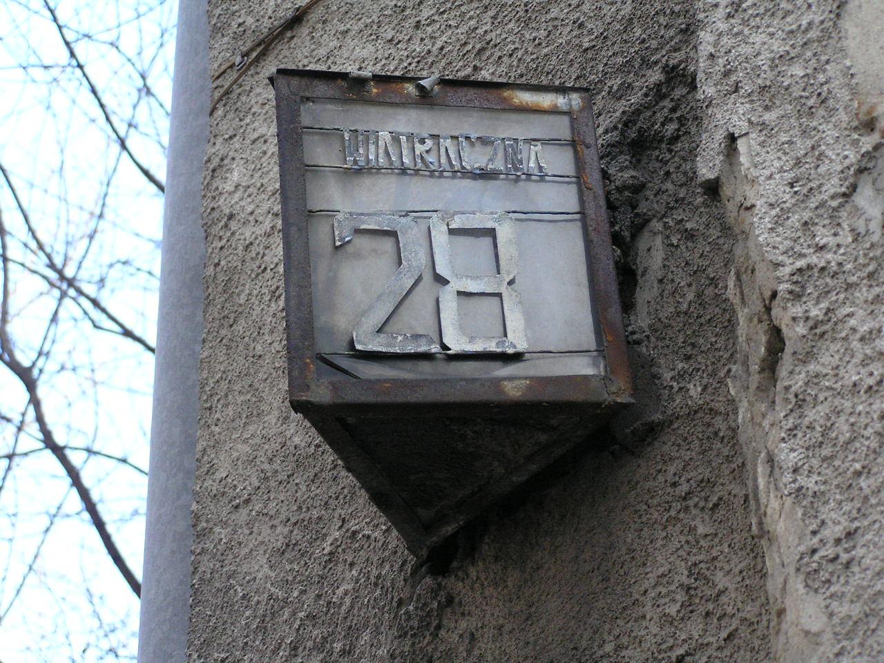 Latarenka adresowa przy ulicy Wiatracznej 28A na Grochowie