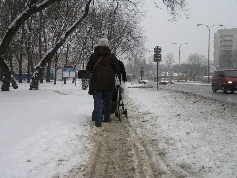 Grochowska: Chodniki zaśnieżona. Winda nie działa!
