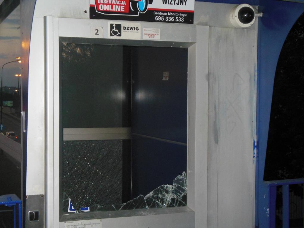 Kobieta uwięziona w płonącej windzie