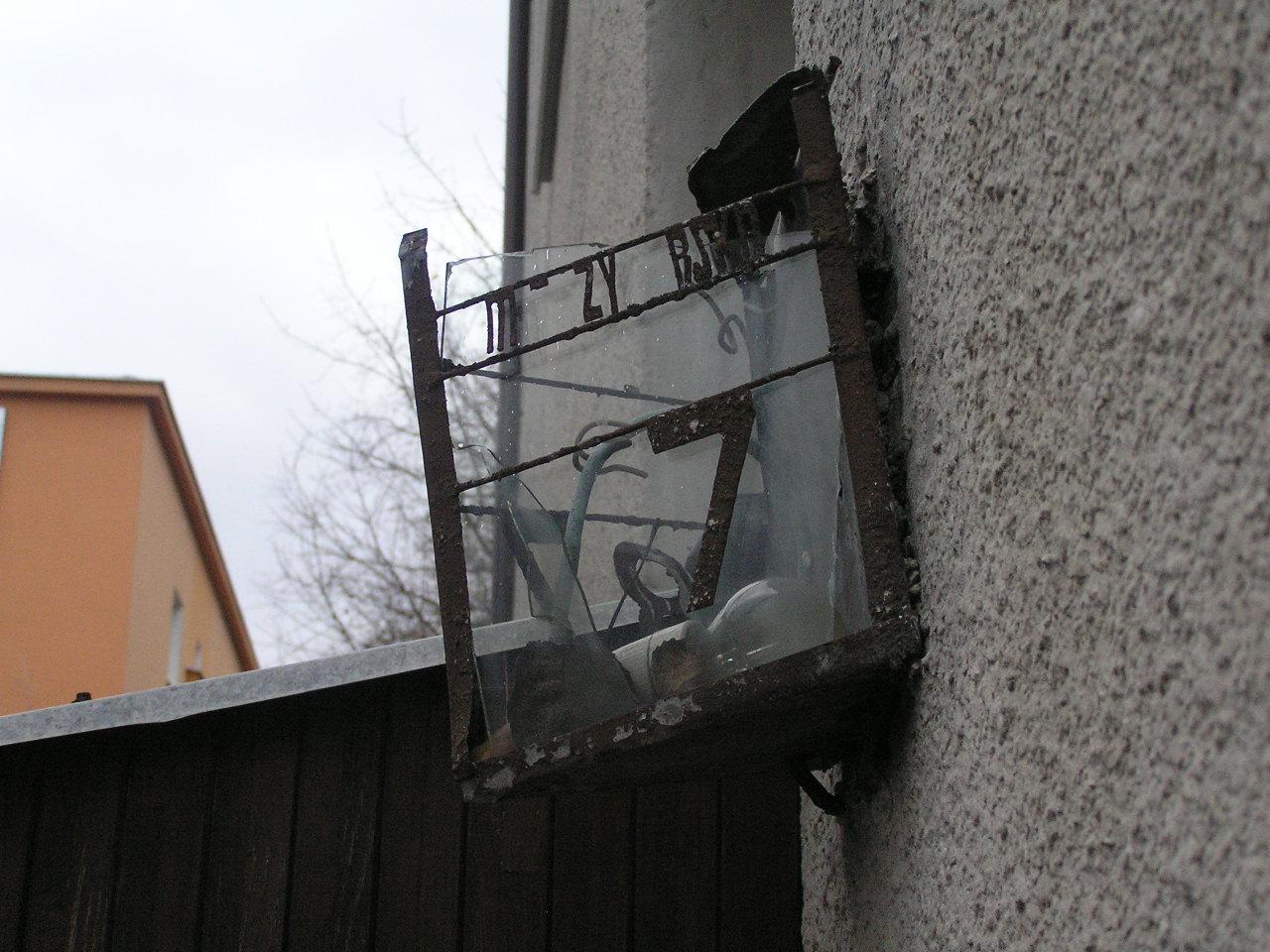 Latarenka adresowa przy ulicy Międzyborskiej 87 na Grochowie