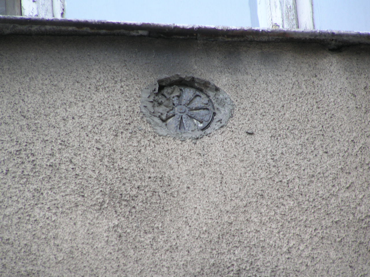 Kratka wentylacyjna umieszczona na kamienicy przy ulicy Wiatracznej 4 na Grochowie