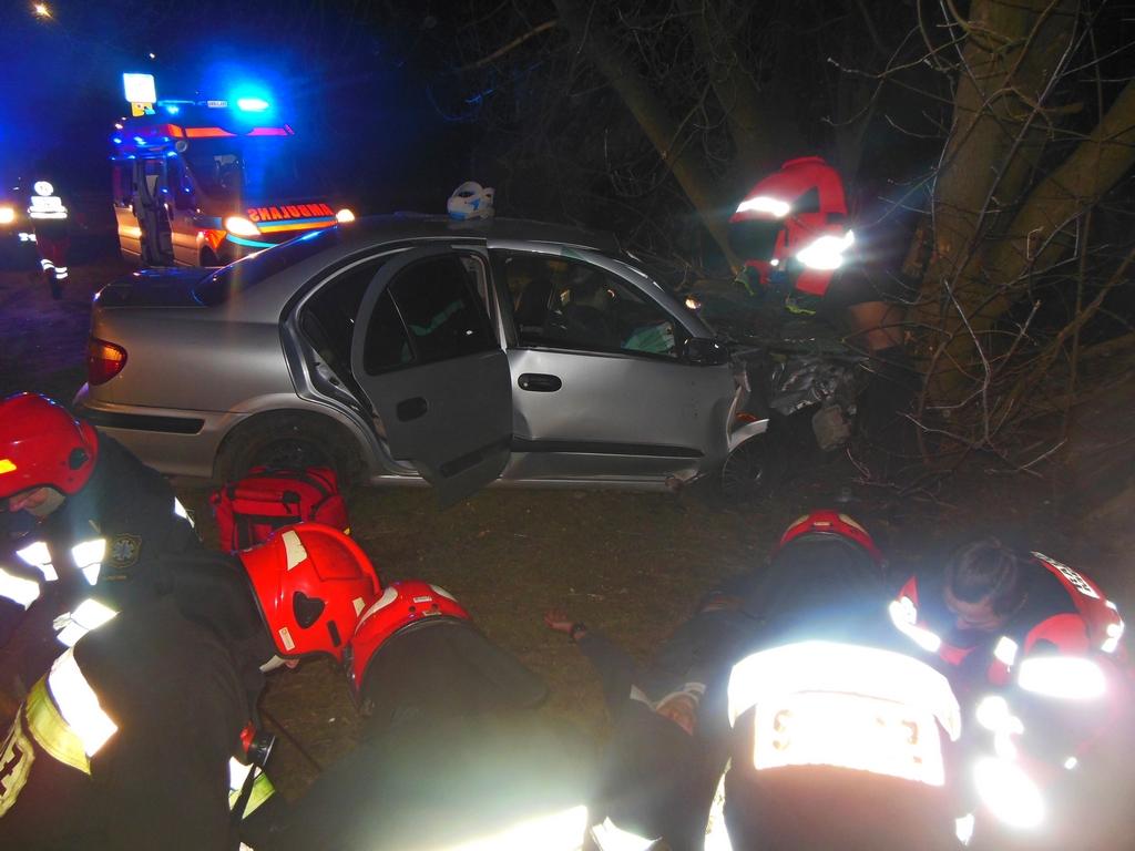 Nissan uderzył w drzewo na Podolskiej