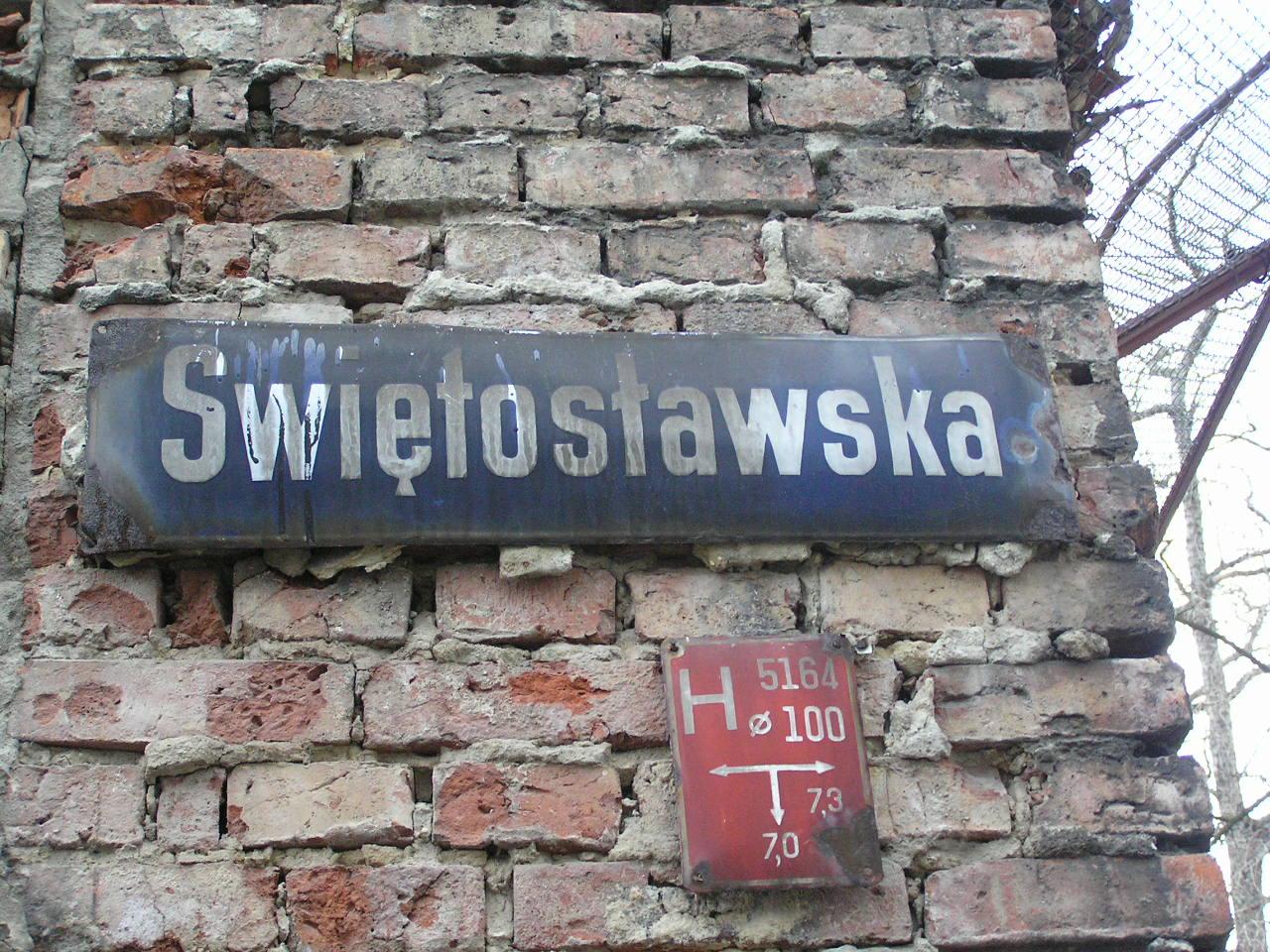 Tablica z nazwą ulicy - Świętosławska 33