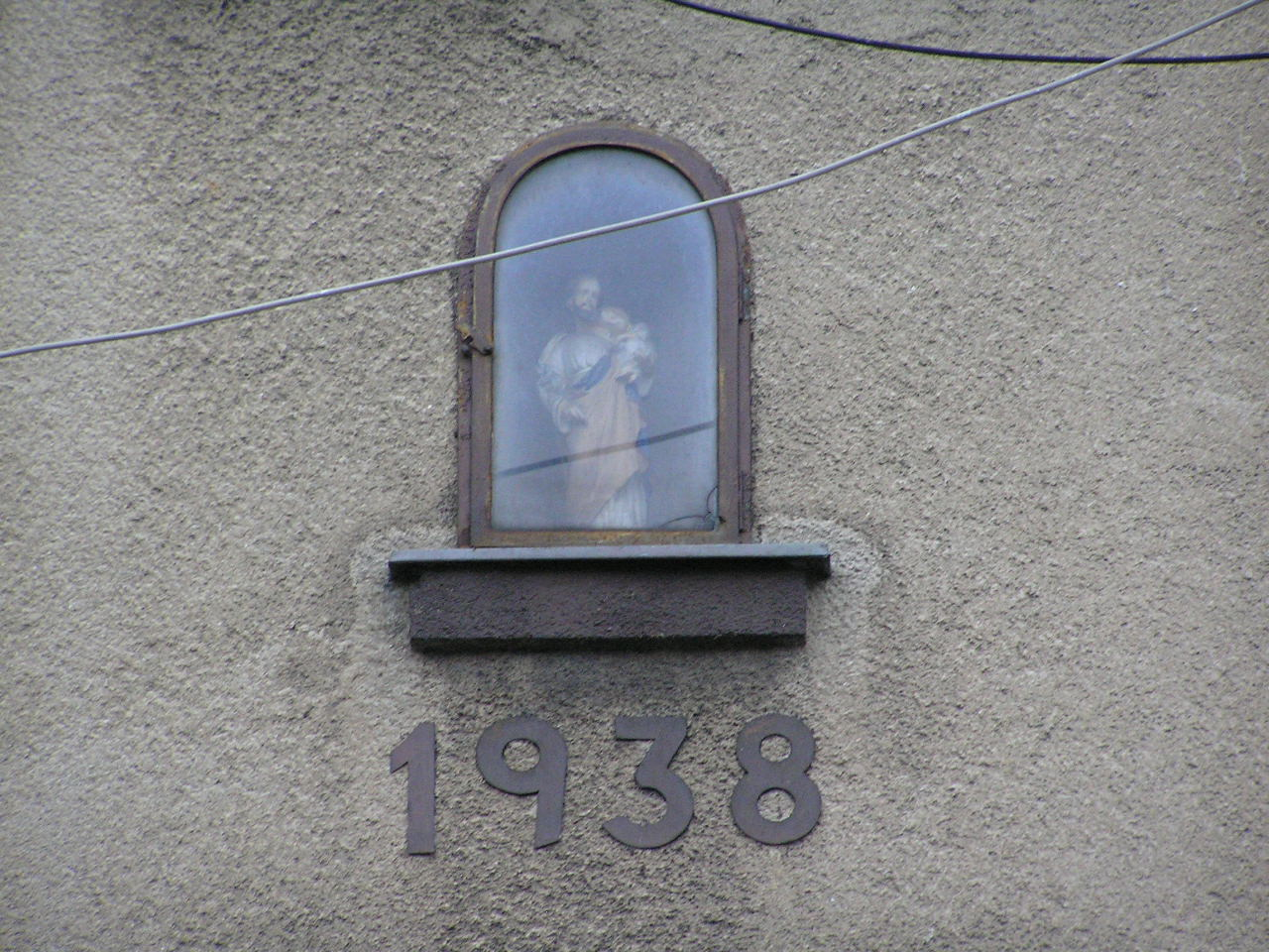 Figura św. Józefa we wnęce kamienicy przy ulicy Hetmańskiej 11 na Grochowie