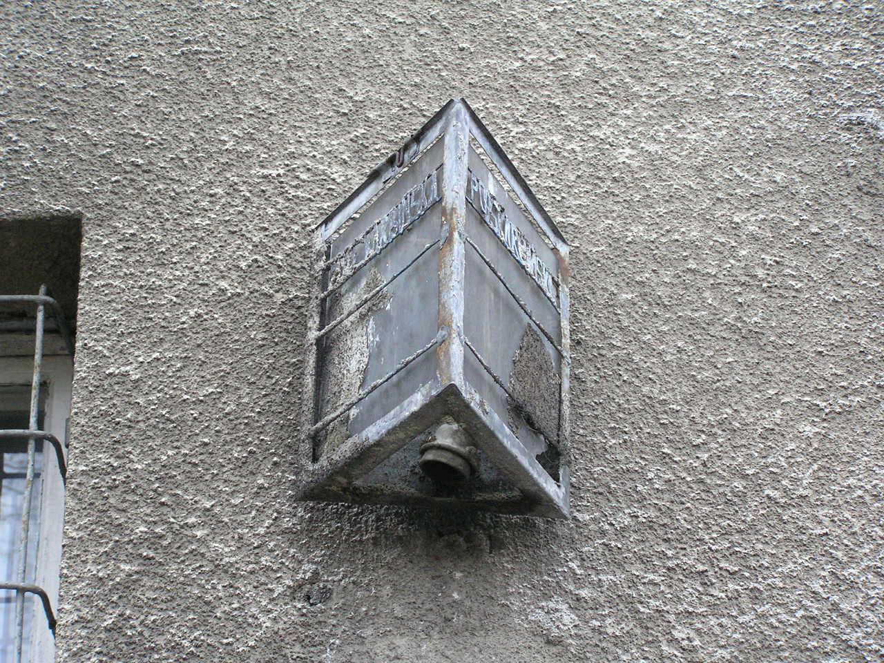 Latarenka adresowa przy ulicy Podskarbińskiej 7 na Grochowie