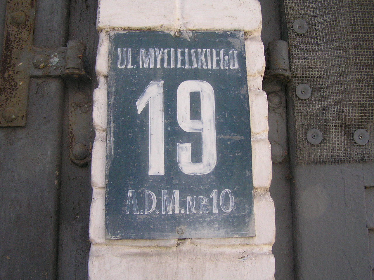 Tabliczka adresowa przy ulicy Mycielskiego 19 na Grochowie
